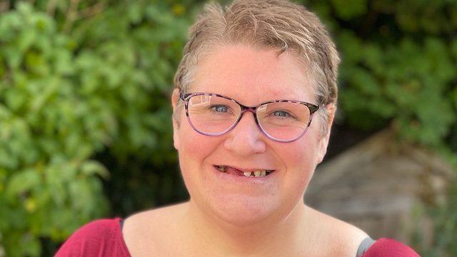 Bury St Edmunds kasabasında yaşayan Danielle Watts, yaşadığı yerde sağlık hizmeti için kayıt yaptıramadığını söylüyor