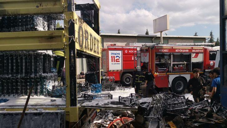 Kocaeli'de plastik kasa yüklü kamyonda çıkan yangın söndürüldü