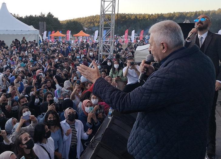 AK Parti'li Binali Yıldırım, şarkıcı Soner Sarıkabadayı ile düet yaptı