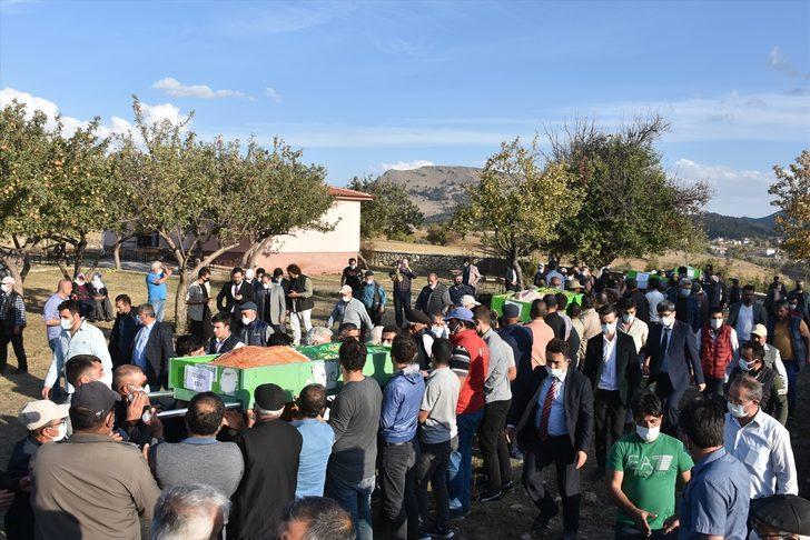Afyonkarahisar'daki kazada yaşamını yitiren 5 öğrenci son yolculuklarına uğurlandı