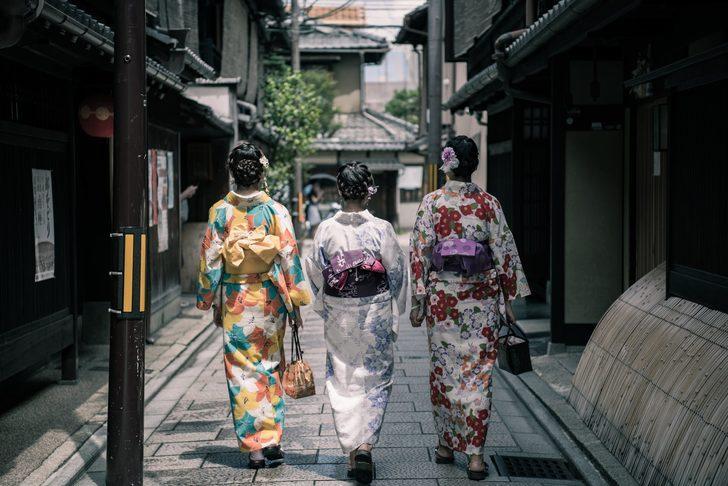 Tek parçayla şıklık sunan evde veya dışarıda giyebileceğiniz kimono önerileri