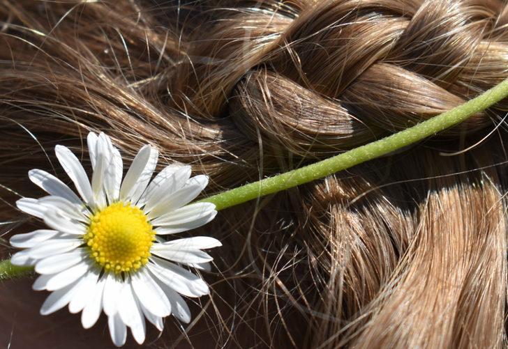 Saç rengini açmak için kimyasal kullanmanıza gerek yok! Bu doğal yöntemlerle...