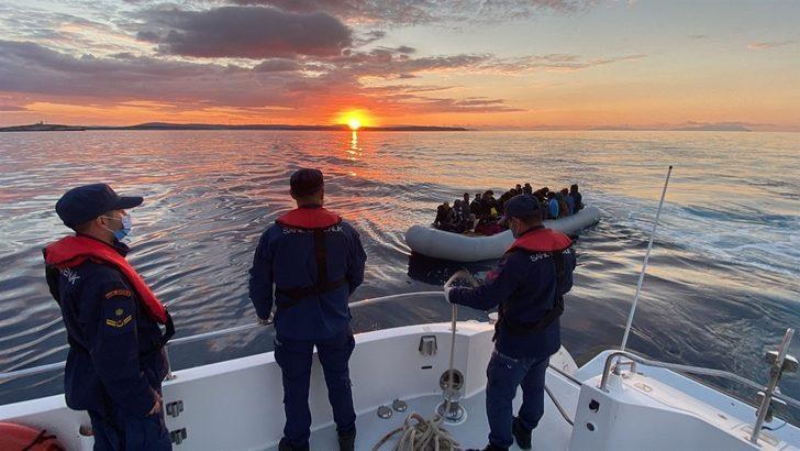 İzmir açıklarında Türk kara sularına itilen 67 düzensiz göçmen kurtarıldı