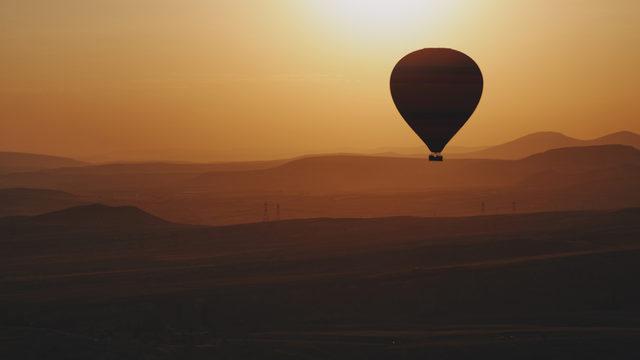 Sıcak hava balonundan, hareket halindeki arabaya düştü