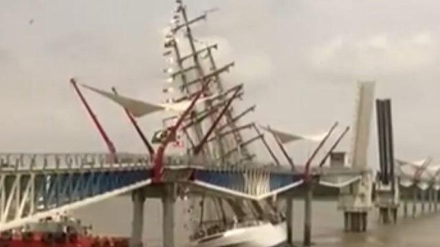 Dehşeti yaşadılar! Eğitim gemisi yaya köprüsüne çarptı