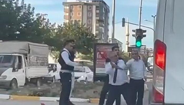 Trafikte minibüsün önünü kesip sopayla saldırdı thumbnail