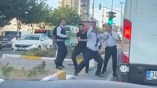 Çılgına dönen şoförü kimse tutamadı! Otobüsle önünü kesip saldırdı