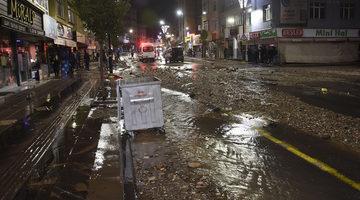 Şebeke suyu patladı, cadde molozlarla kaplandı