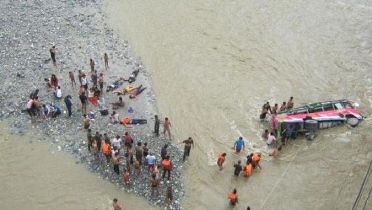 Nepal'de yolcu otobüsü nehre düştü: 11 ölü