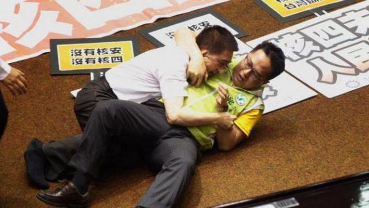 Tayvan meclisinde yine yumruklar konuştu