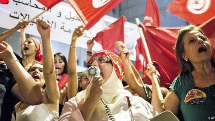 Tunus'ta muhalifler sokakta