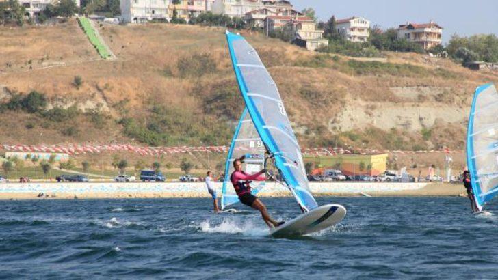 Rüzgar sörfünde genç kadınların mücadelesi