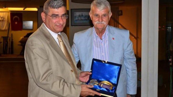 Emekli Tuğgenerale altın kaplama vazo verildi