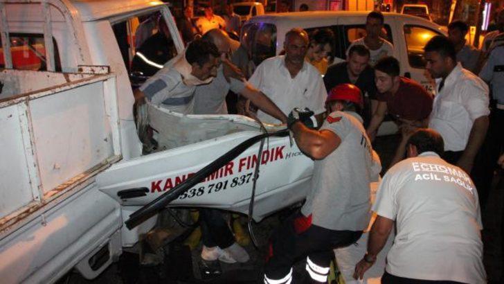 Araçta sıkışan sürücü güçlükle kurtarıldı