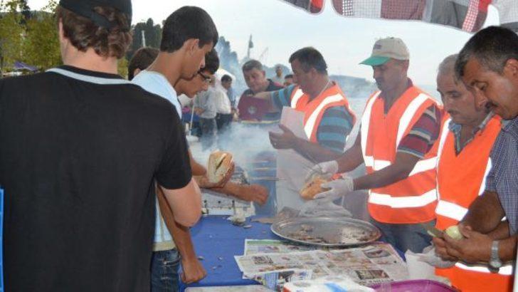Kocaeli'nde 6 bin kişiye balık ekmek verildi