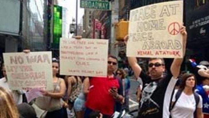 New York'ta Atatürk'lü savaş karşıtı gösteri