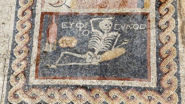 Antakya'da 'neşeli ol hayatını yaşa' yazılı mozaik bulundu