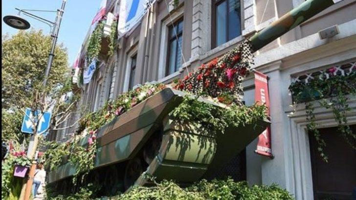"""Beşiktaş'ta """"Barış"""" için maket uçak, tank ve füzeler çiçeklerle süslendi"""