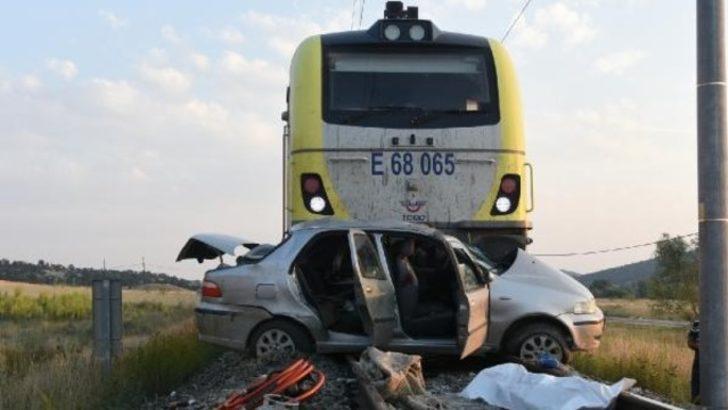 Tren otomobile çarptı: 1 ölü 3 yaralı