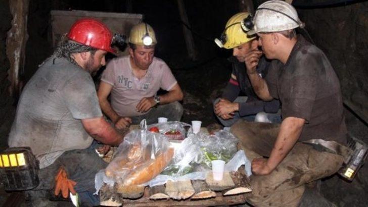 Maden işçileri yerin metrelerce altında sahur yaptı