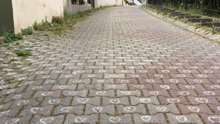 Üsküdar Kuleli'de parke taşlara tek tek kalp çizildi
