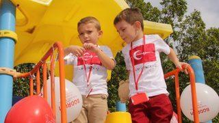 Minikler parkları kırmızı beyaz balonlarla süsledi