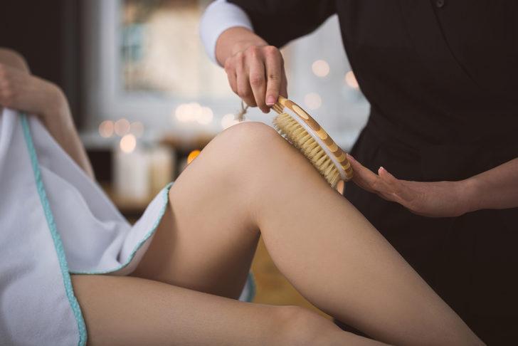 Japon kadınlarının güzellik sırrı belli oldu: Ciltlerini fırçalıyorlar