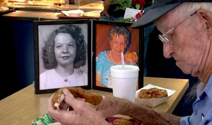 Romantizm hala var! Her gün ölen karısının fotoğrafıyla yemek yiyen adam
