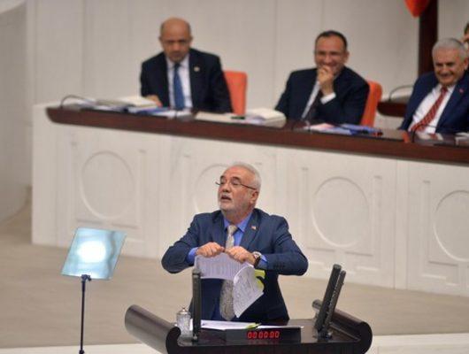 AK Partili Elitaş, kürsüde 'Man Adası' belgelerini yırttı