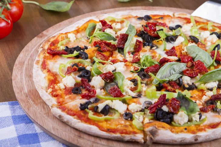 Ince Tabanlı Bol Malzemeli Ev Yapımı Pizza Tarifi