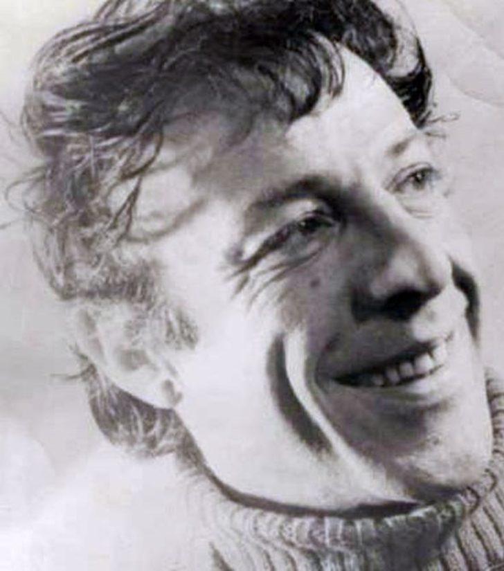 Türk sinema ve tiyatrosuna damga vurmayı başaran Münir Özkul 15 ağustos 1925 tarihinde İstanbul Bakırköy'de doğdu.
