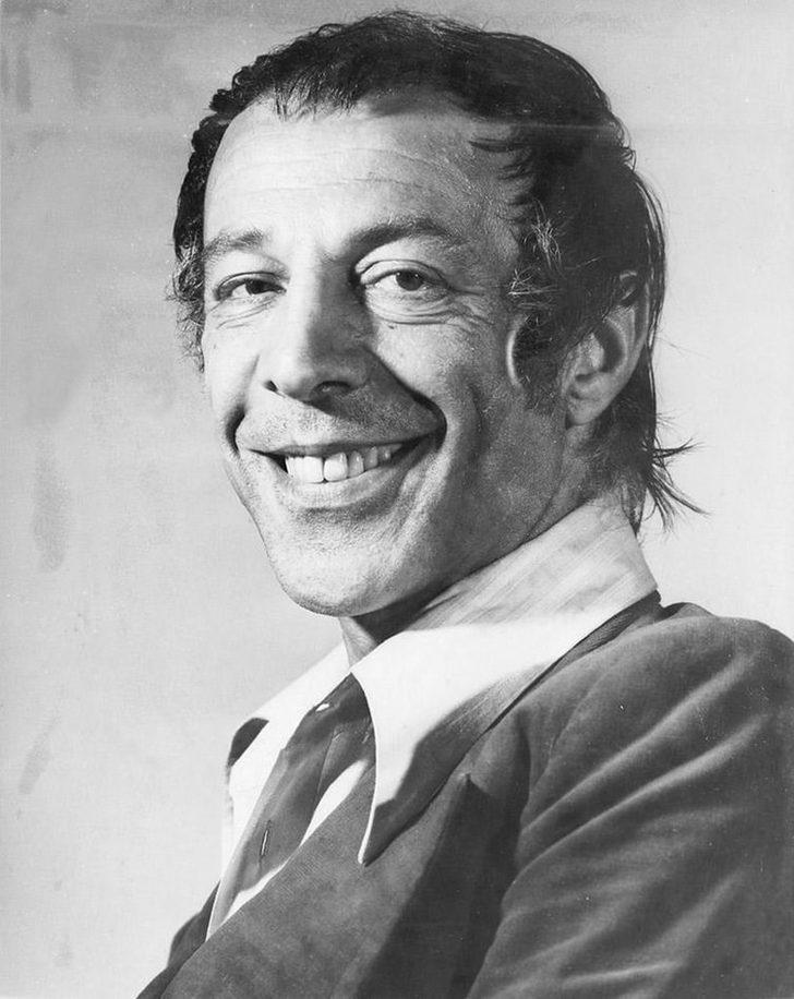 """Münir Özkul, 1972 yılında, başrollerini Hülya Koçyiğit ile Tarık Akan'ın paylaştığı """"Sev Kardeşim"""" adlı Ertem Eğilmez filmindeki başarılı performansıyla, Antalya Altın Portakal Film Festivali'nde """"En İyi Erkek Oyuncu"""" ödülüne layık görüldü."""