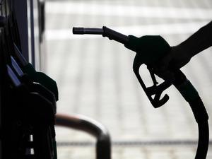 Petrol Ürünleri İşverenler Sendikası (PÜİS) tarafından, akaryakıt alımlarında nakit ödeme yapan tüketicilerin fiyat avantajına sahip olmasını öngören düzenleme teklifi, Enerji Piyasası Düzenleme Kurumuna (EPDK) sunuldu.