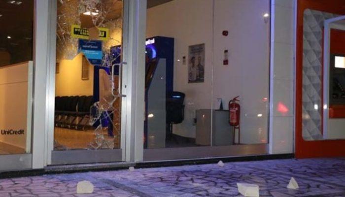 'Banka benim' diyerek bankanın camı kırıp içeri girip oturdu