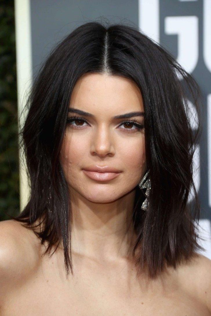22 yaşındaki Kendall Jenner ayrıca son yıllarda dünyanın en güzel kadınları arasında gösteriliyor. Fakat genç model 75. Altın Küre Ödülleri'nde kameralara yansıyan sivilceleri yüzünden alay konusu oldu.