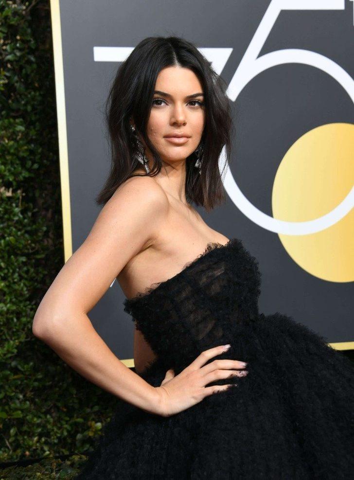 Altın Küre Ödülleri'ne gösterişli Giambattista Valli elbisesi, sade makyajı ve havalı saçlarıyla damgasını vuran Kendall Jenner, şıklığından çok sivilceleriyle konuşuldu.