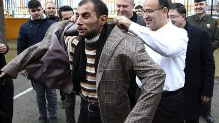 Bekir Bozdağ, ceketini vatandaşa hediye etti