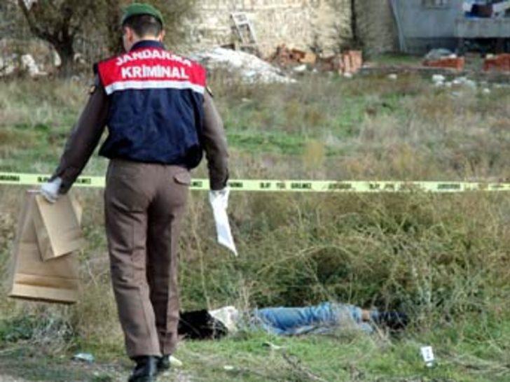 Arkadaşlarının cesedini yol kenarında buldular