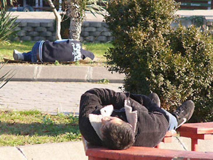Parkta uyuyan gençler polisi alarma geçirdi