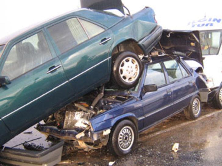 Sis yüzünden 104 araç birbirine girdi: 33 yaralı