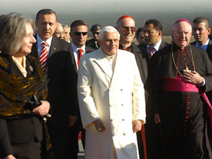 Papa'nın ziyaretinin tartışması sürüyor