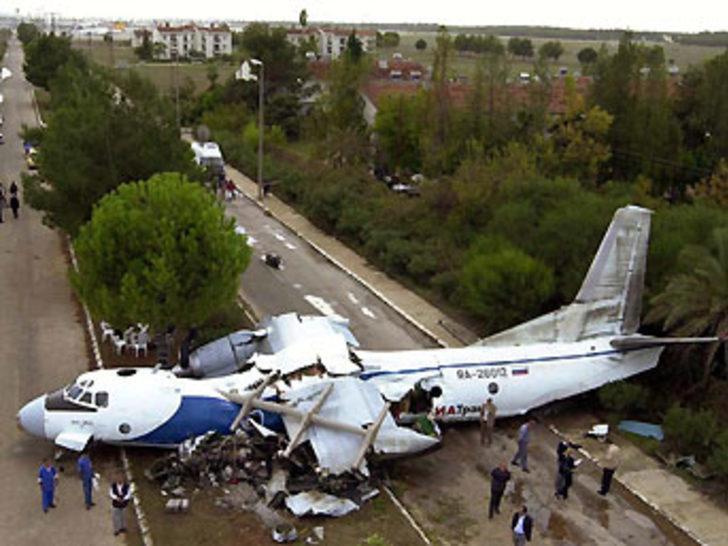 Endonezya'da askeri uçak düştü: 4 ölü, 3 kayıp