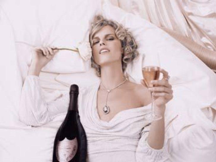 Eva Herzıgova'dan seksi şarap tanıtımı