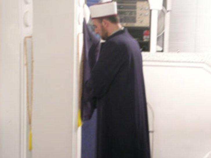 Çapkın imam, kapıdan girip camdan çıktı