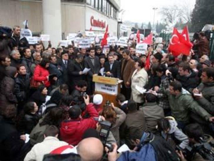 Şok gözaltıları protesto eden grup yol kapattı
