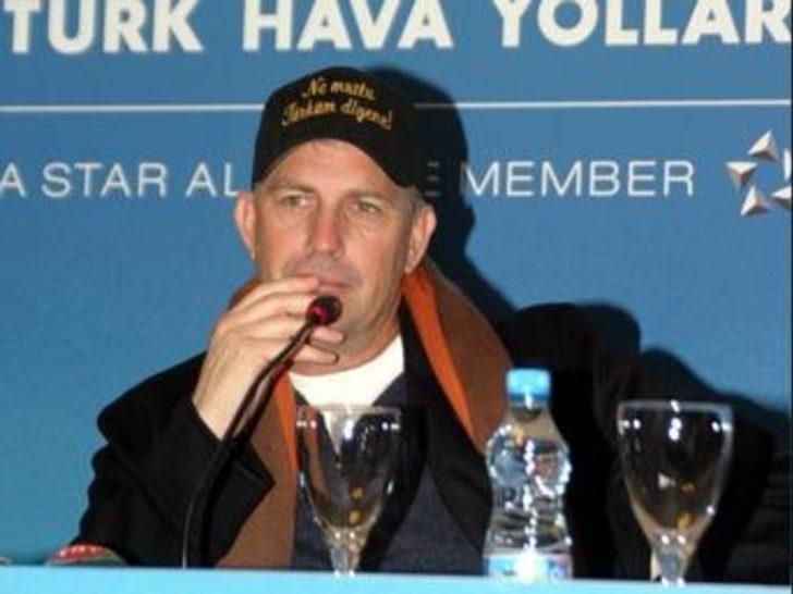 Kevin Costner'den şapka jesti