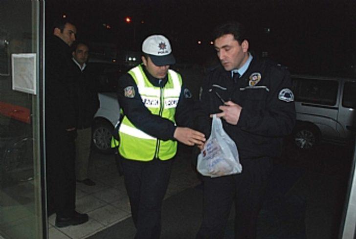 Kaza olmaması için çalışma yapan polise otomobil çarptı