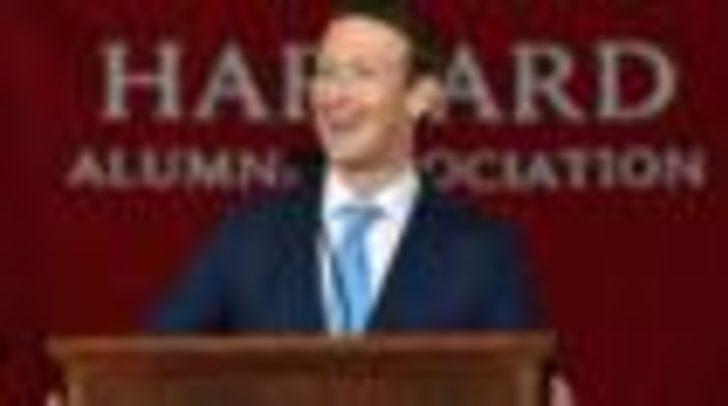 Zuckerberg Harvard 'diplomasını' aldı