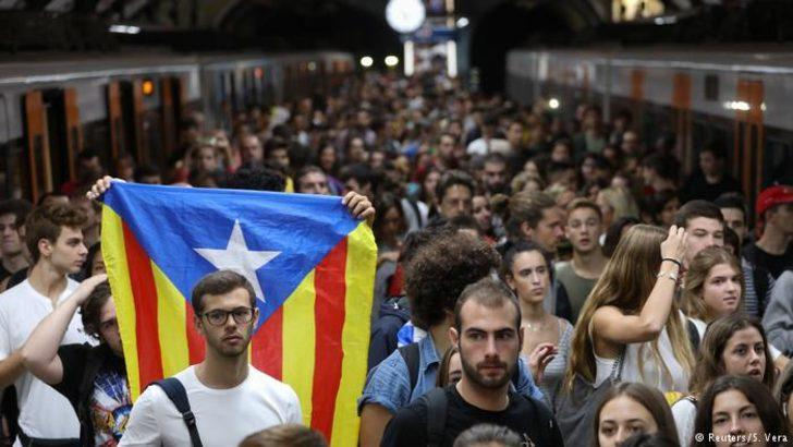Yüz binlerce Katalan polis şiddetine karşı yürüdü