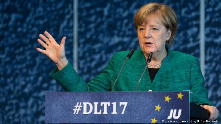 Merkel: FDP ve Yeşiller'le koalisyon görüşmeleri yapılacak